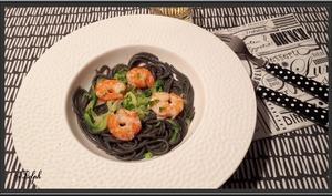 Crevettes et spaghetti à l'encre de seiche
