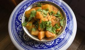 Curry de pommes de terre, cajou et petits pois