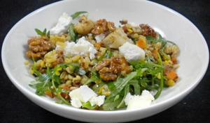 Salade de céréales, fromage de chèvre et noix caramélisées