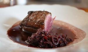 Filet de canette grillé sauce généreuse au vin rouge et, aux échalotes