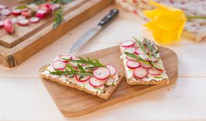 Tartines croustillantes radis fromage frais et roquette