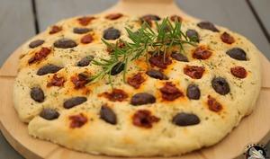 Fougasse aux olives tomates et romarin