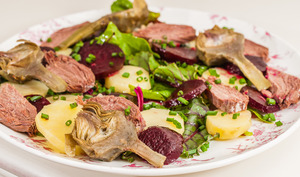 Salade de pommes de terre aux betteraves et confit de canard