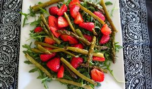 Salade tiède de roquette aux asperges et fraises