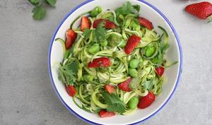Spaghettis de courgette, fèves et fraises, sauce coriandre