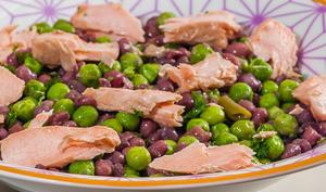 Salade de haricots azuki aux petits pois et au saumon