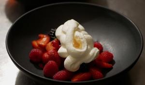 Fruits rouges, gelée de fleurs de sureau et chantilly
