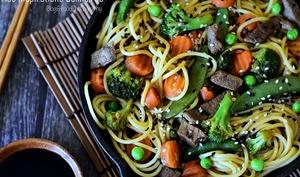 Nouilles chinoises sautées au boeuf et légumes