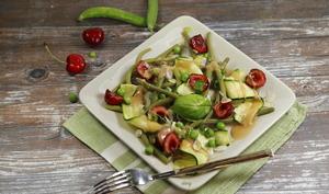 Salade de légumes verts et cerises vinaigrette framboise