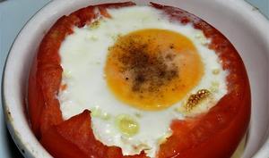Tomates farcies aux camembert chapeautées d'un oeuf