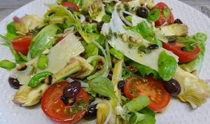 Salade d'artichauts violets, tomates, fèvettes, Parmesan, olives niçoises et pignons grillés