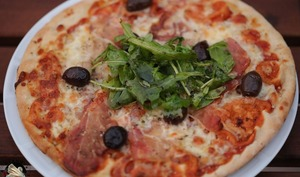 Pizza speck fromages