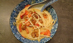 Velouté de cacahuètes aux haricots rouges, rubans d'omelette et haricots mungo