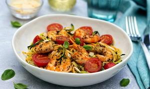 Salade de spaghetti, courgettes, tomates cerises et crevettes