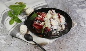 Poêlée de cerises et fraises meringue glace stracciatella