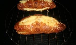 Croissant au jambon et au gruyère