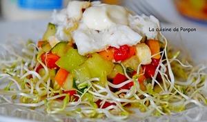 Salade de concombre, melon, poivron, mozzarella garnie de crabe