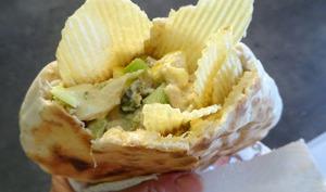 Salade au thon, pomme, câpres et chips ondulés