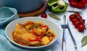 Cuisses de poulet aux poivrons, tomates et pommes de terre en cocotte