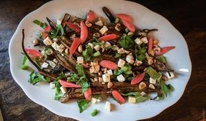 Salade d'aubergines à la féta, aux noisettes et aux pickles de radis