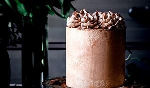 Layer cake au chocolat, ganache montée vanille, insert crémeux et smbc au chocolat