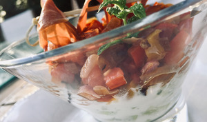 Verrines de concombre aux orties, poivrons et jambon sec