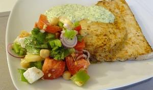 Salade méditerranéenne aux poids chiches, espadon à la plancha, sauce à la Feta