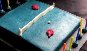 Gâteau d'anniversaire table de ping-pong