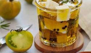 Féta marinée au poivre, herbes fraîches et huile d'olive