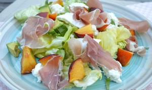 Salade de nectarine, avocat, burrata et prosciutto di Parma