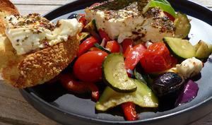 Féta rôtie aux légumes du soleil