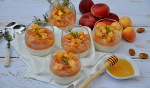 Pannacotta pêches, abricots et romarin