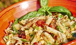 Salade composée alcaline : Penne rigate, basilic, fêta et crudités.