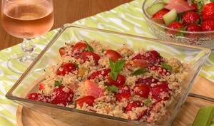 Salade de quinoa, fraises et rhubarbe rôtie