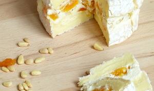 Camembert farci aux abricots secs, pignons et miel