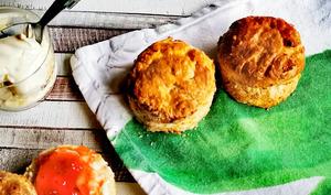 Traditionnels scones anglais et confiture de fraises au Pimms
