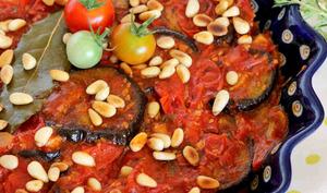 Aubergines grillées et la sauce tomates cerises