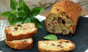 Cake au jambon, raisins secs, crottin de chèvre et basilic