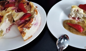Gâteau au fromage blanc, rhubarbe et fraises