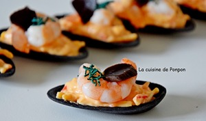 Amuse bouche coquille ébène et fruits de mer, ail noir et spiruline