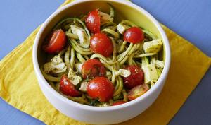 Spaghettis de courgette crue au pesto tomates mozzarella