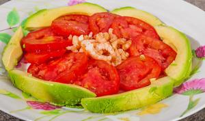 Salade d'avocat aux tomates et aux crevettes