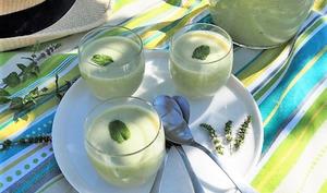 Soupe froide de courgettes à la menthe et chèvre frais