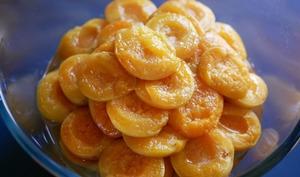 Oreillons d'abricots confits au romarin et, à la vanille.