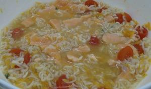 Soupe de nouilles chinoises et saumon
