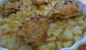Hauts de cuisses de poulet et pommes de terre en sauce, au four