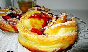 Roses feuilletées aux pommes / baies de goji / caramel au beurre salé