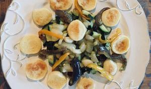 Salade de courgettes, poivrons et quenelles de brochet