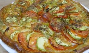 Tarte feuilletée tomates, courgettes, mozzarella et origan sur fond de pistou niçois