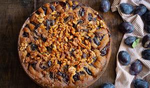 Gâteau aux quetsches et aux noix caramélisées